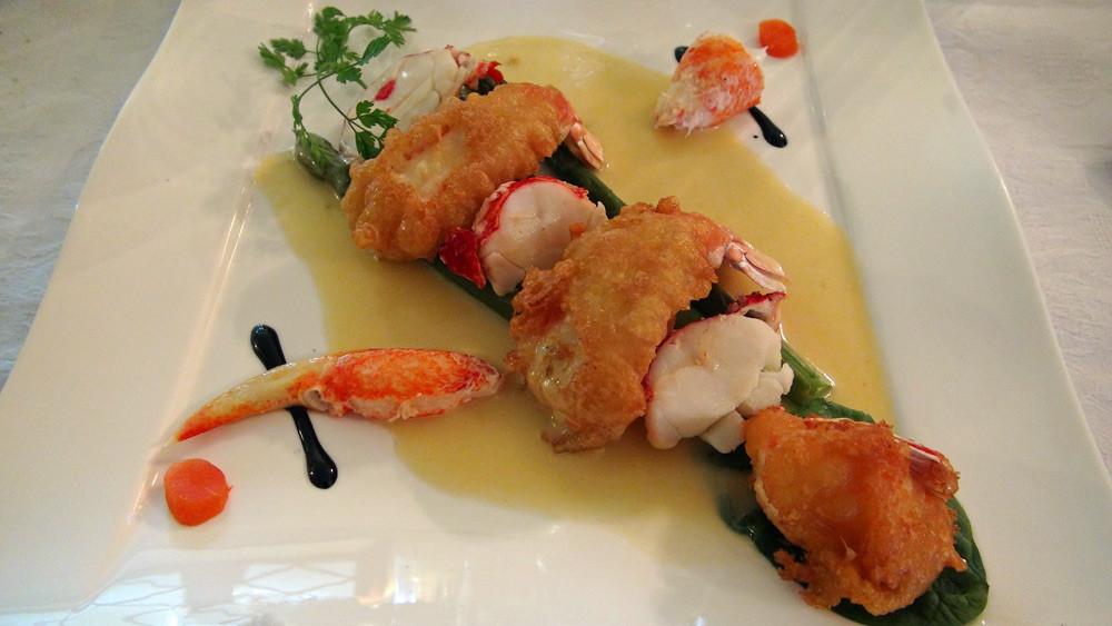 Langoustines en tempura, homard bleu, asperges vertes et sauce au poivre des montagnes
