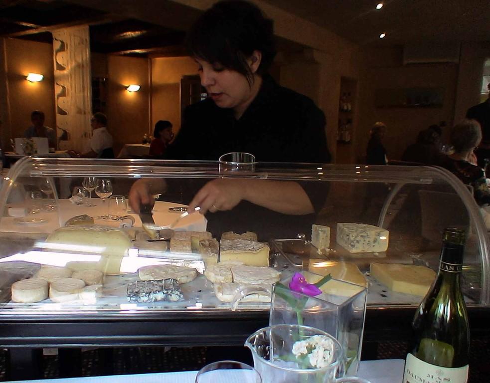 Maguy au service des fromages