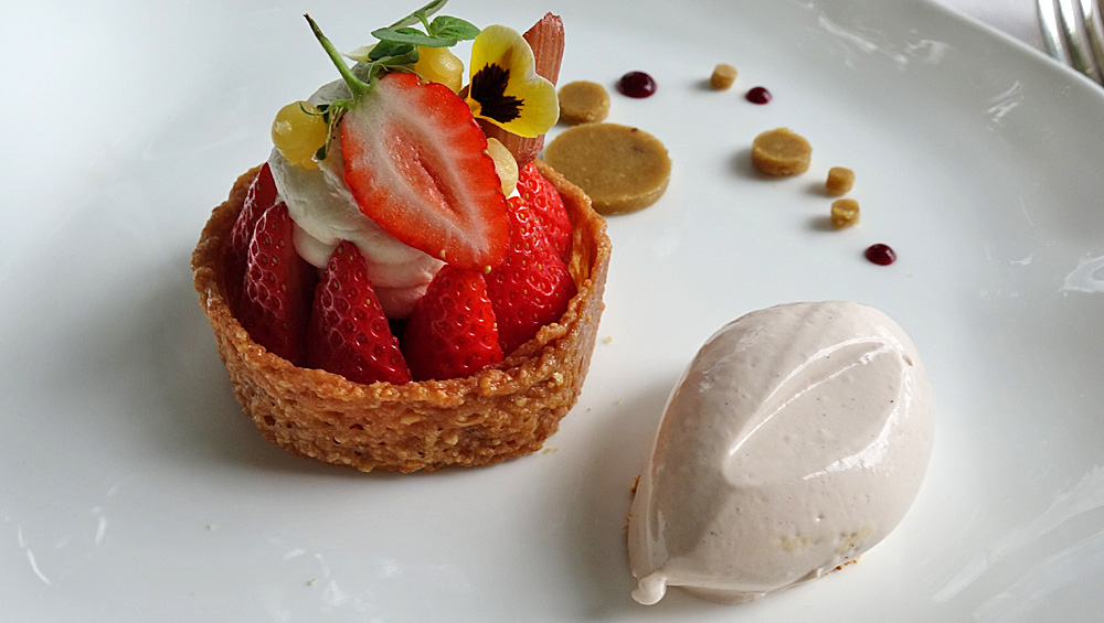 Nougatine croustillante et fraises, crème légère à l'orange
