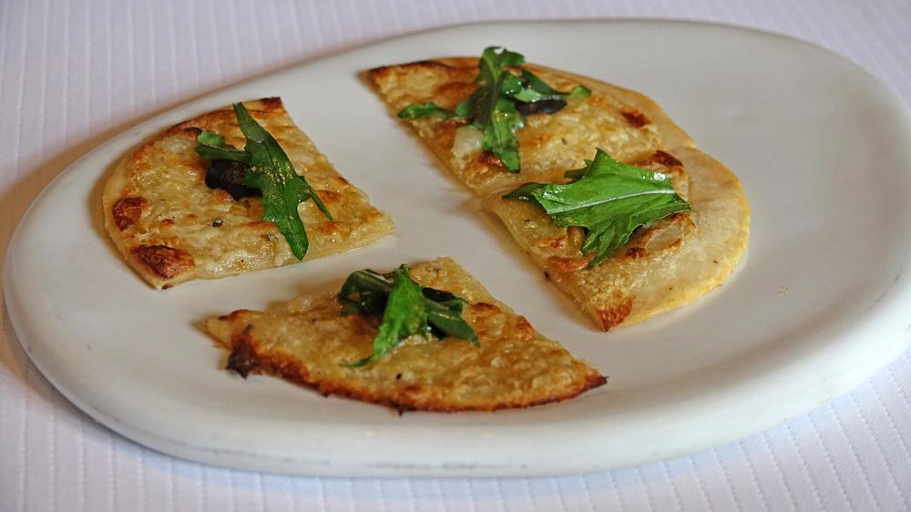 Amuse-bouche : Tarte fine, crème de truffe, tapenade d'olives noires et roquette