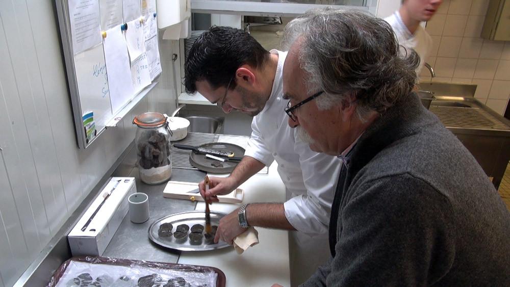 Alexis Pélissou observe Pascal Bardet bichonnant ses rondelles de truffe