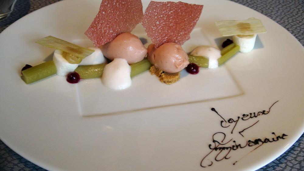 Rhubarbe & gentiane : Confite, en bâtonnets, dans son jus naturel, en sorbet, en émulsion, en croustillant, pulpe de Gentiane