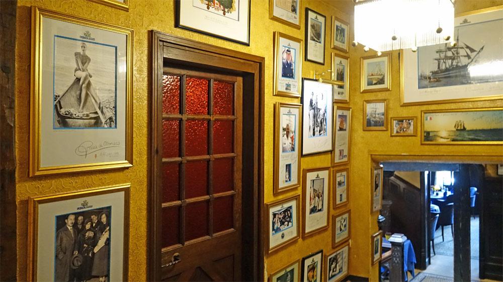 Le palier du 1er étage décoré avec des photos de personnalités