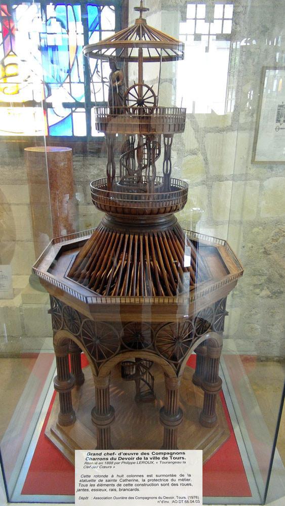 Chef-d'œuvre de Philippe Leroux dit « Tourangeau la Clef des Cœurs », rotonde faite d'éléments de carrosserie (1887-1888).