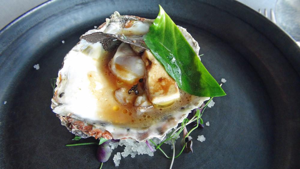 Huître plate du Golfe, foie tièdie et éclat de truffe
