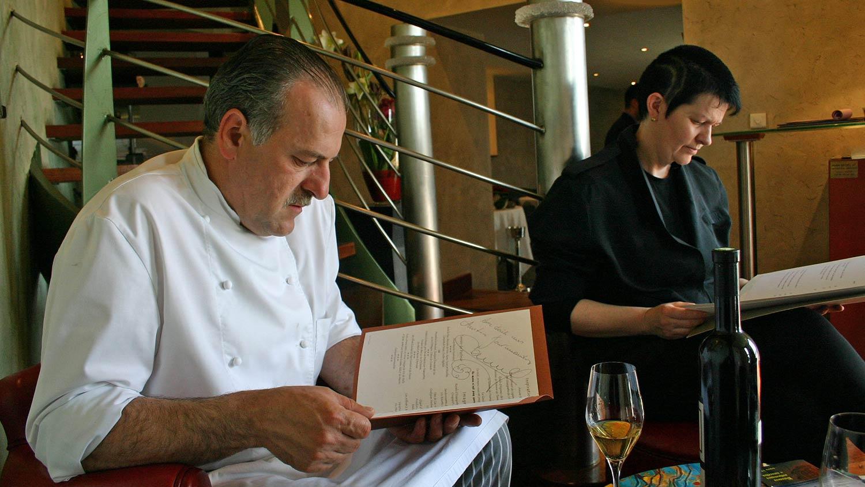 22 mai 2004. Véronique et Jean-Paul prenant connaissance du menu dédicacé de Jean-Paul Jeunet