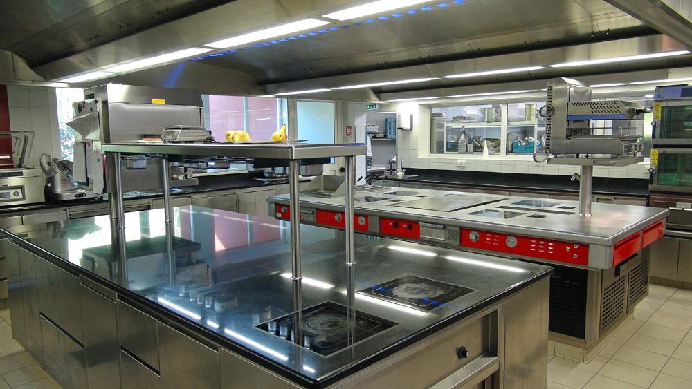 Les nouvelles cuisines avec leur plaque à induction. Il est 15 h 14 !