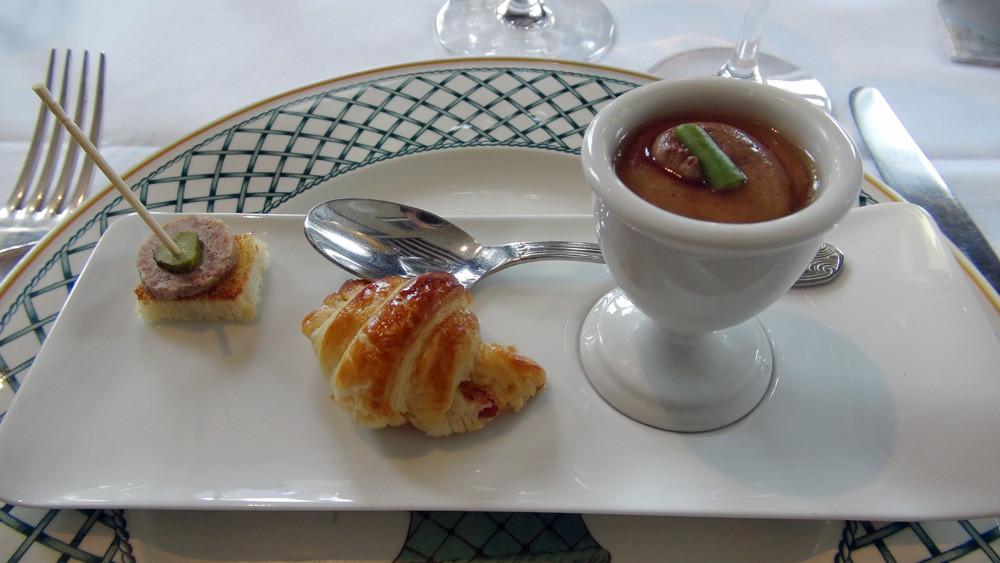 Amuse-bouche : Mousse de foie de volailles au Pineau des Charentes - Croissant au lard fumé - Rillettes de canard