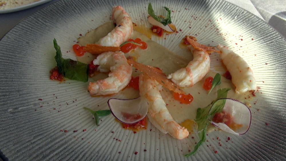 Langoustines marinées, nage réduite de carcasse, huile de chorizo et piquillos