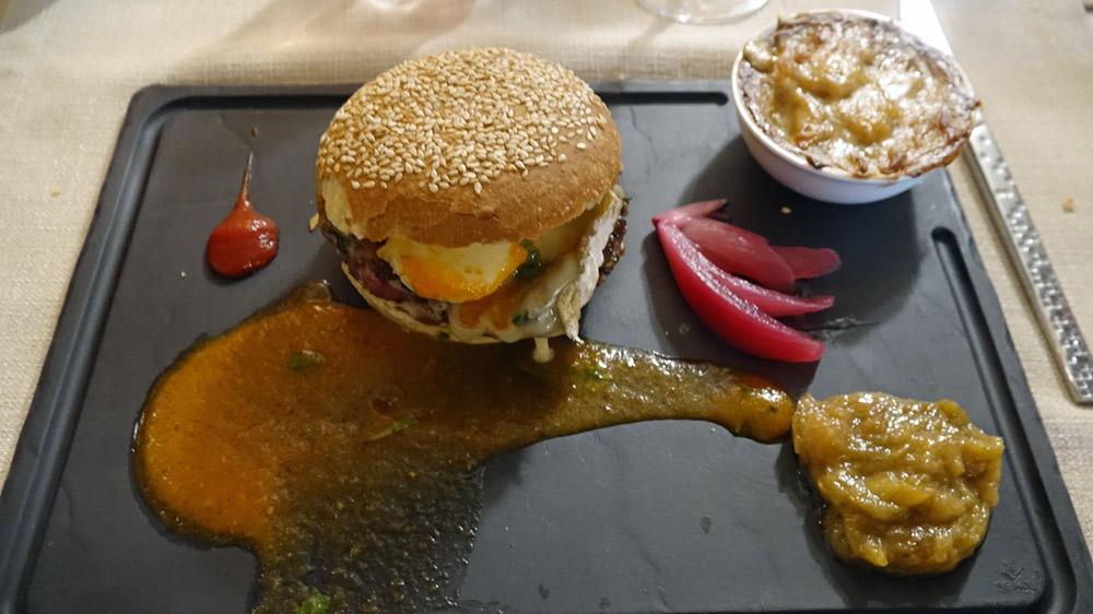 Hamburger de bœuf français, mesclun de salade aux fines herbes