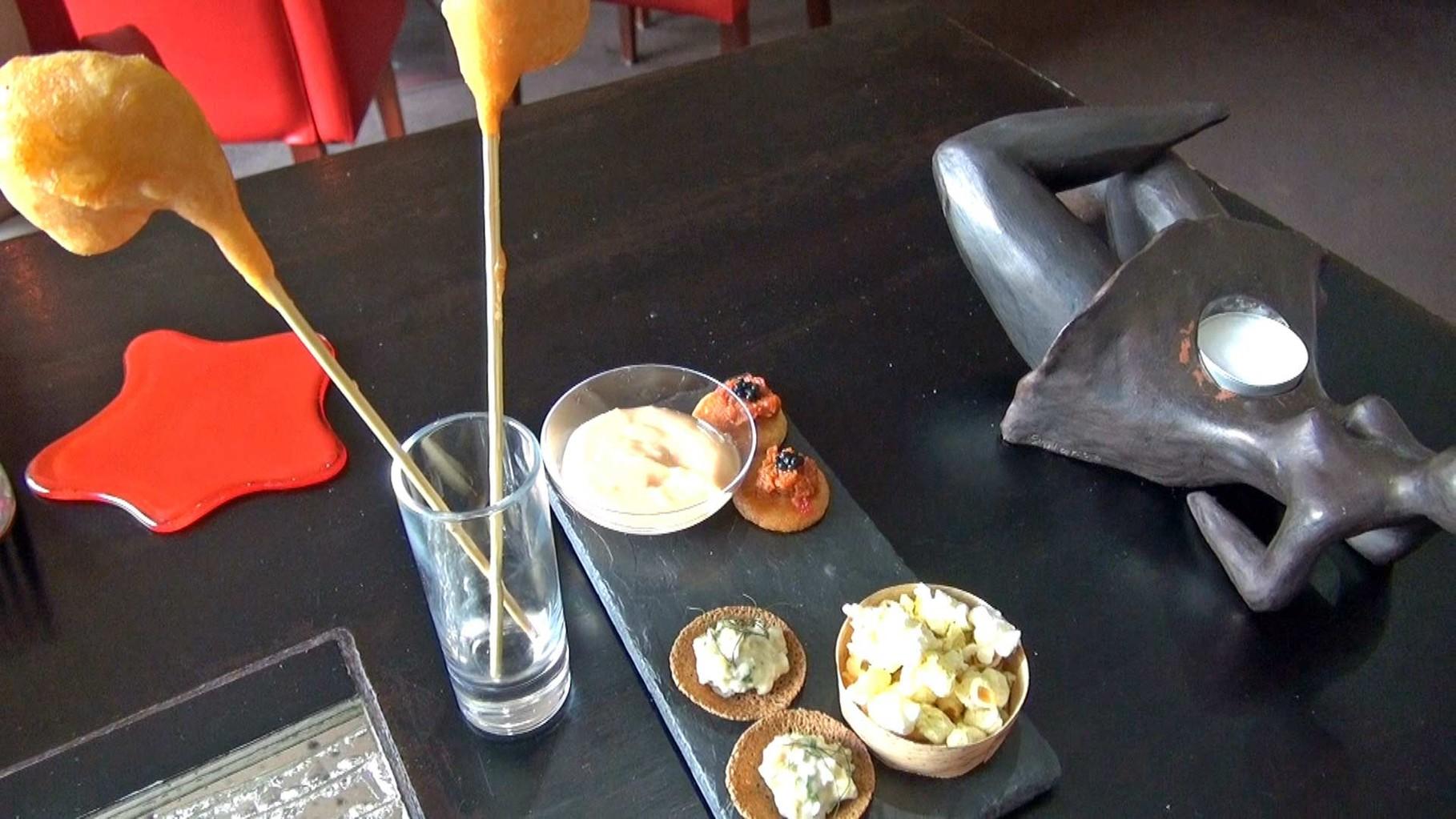 Beignets de crevettes et leur sauce coktail - Pop corn au curry - Sablé parmesan/tomate et oeufs d'avruga - Croustillant de sarrasin et bulot.