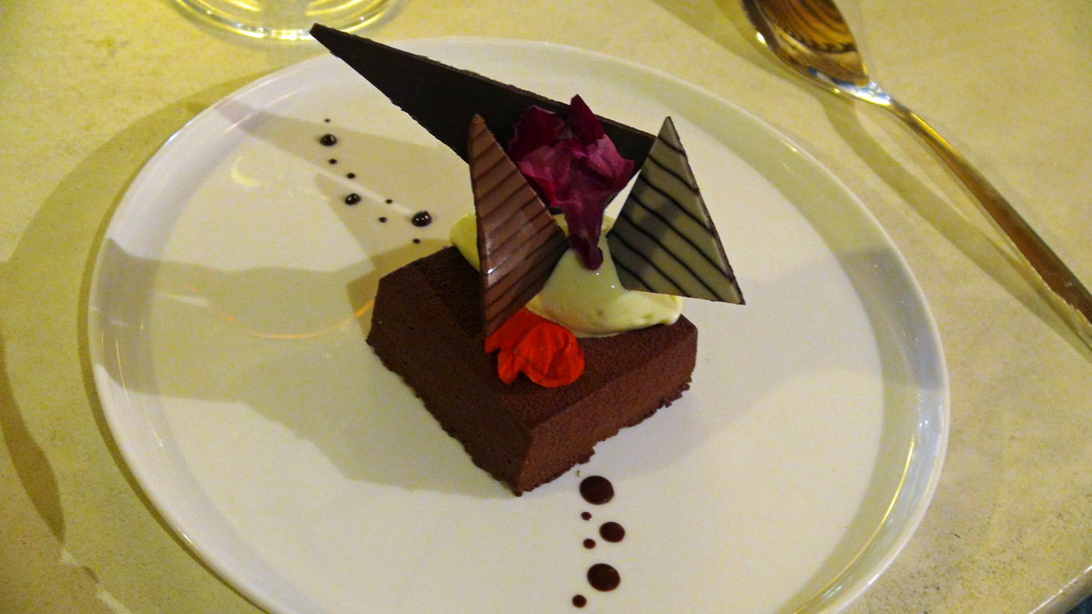 "Velours de chocolat Inaya Barry ""After Eight®"" croustillant lacté, sorbet menthe"