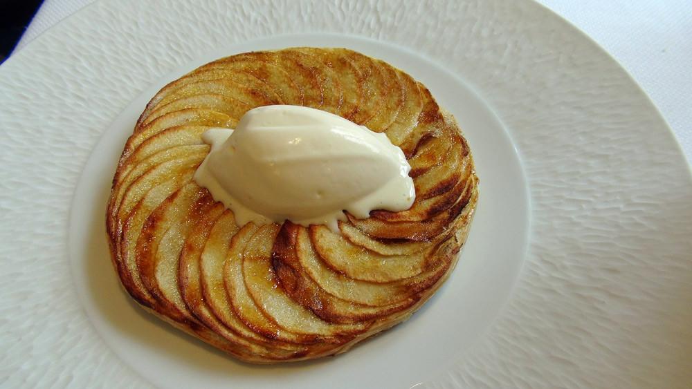 Tarte fine aux pommes caramélisée au fer, glace au lait d'amande amère