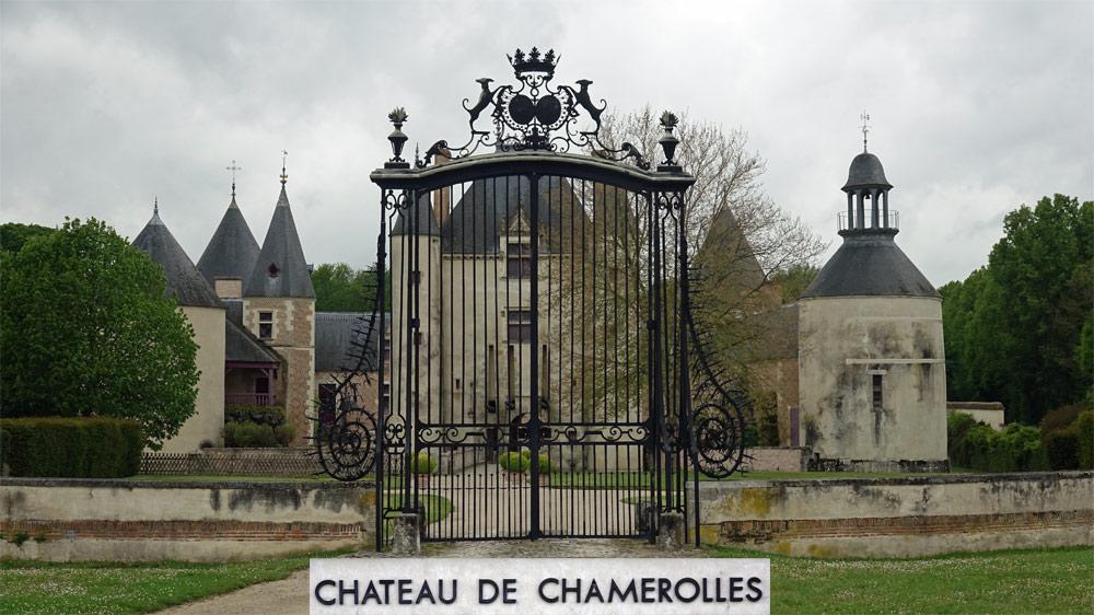 Le château de Chamerolles vu de la route d'accès