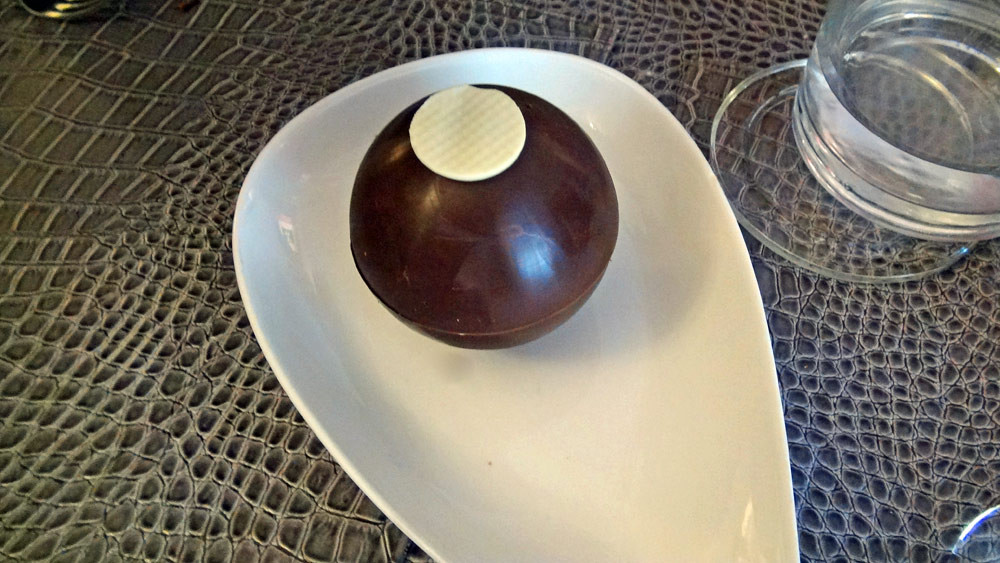 Sphère au chocolat, façon after eight, sauce chocolat - avant
