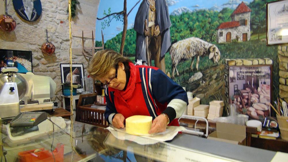 Madame Michelle Thieullent coupe notre beurre cru de chez Beillevaire