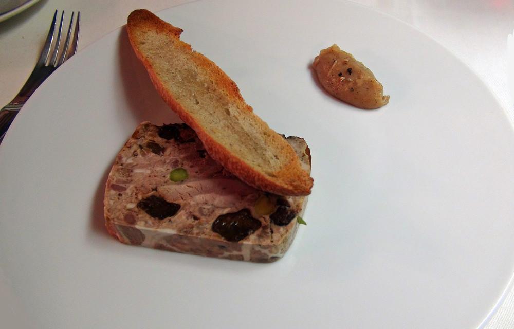 Terrine de caille pistache/pruneau, confit de poire