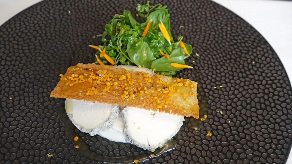 Sainte-Maure de Touraine, salade d'herbes fraîches. Melba au miel et au pollen de fleurs, vinaigrette à la propolis