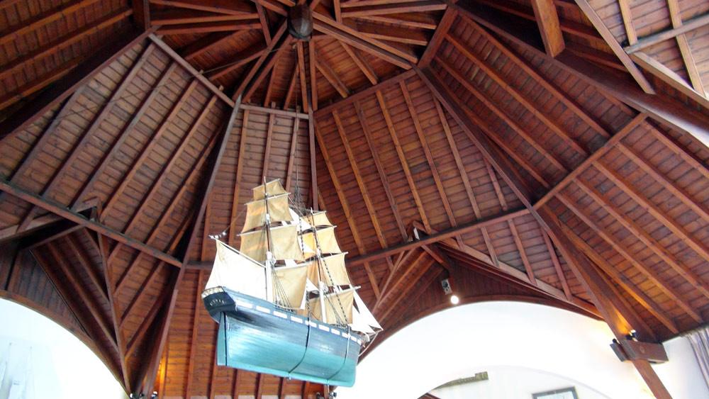 Le plafond en forme de carène de bateau renversée