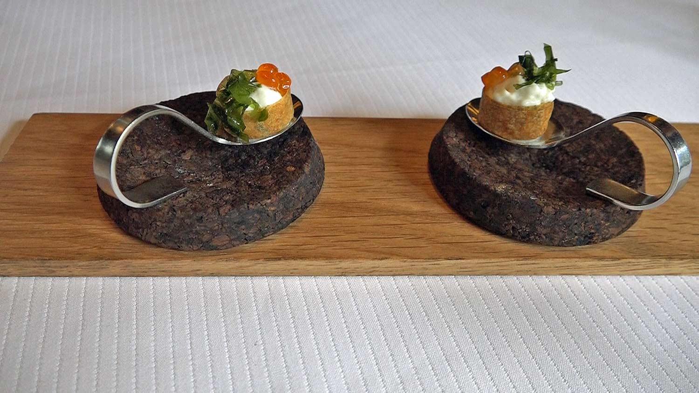 Amuse-bouche : Croustillant, mousse de sole, œufs de saumon et laitue de mer