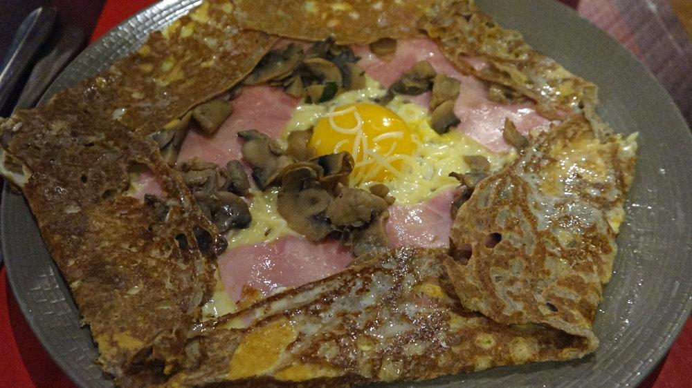 uper complète, avec jambon, œuf,  emmental râpé, champignons et salade