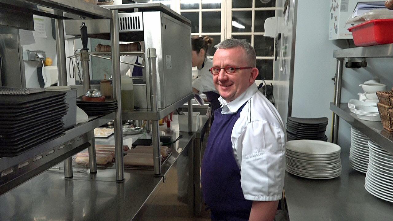 Accueil de Julien Perrodin dans sa cuisine