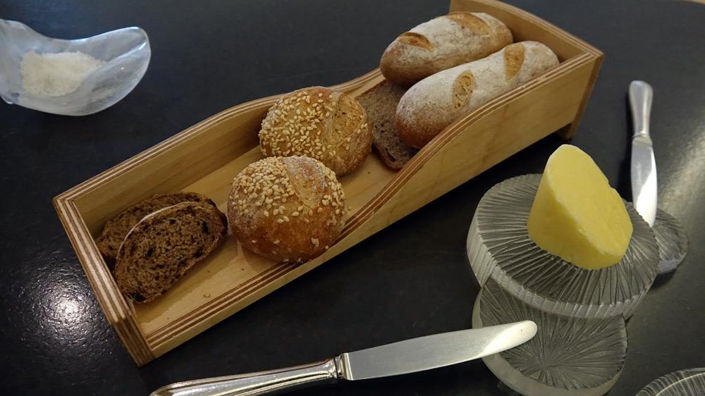 Les pains : Blanc au naturel, au Sésame, à l'olive de Nyons et au Sarrasin