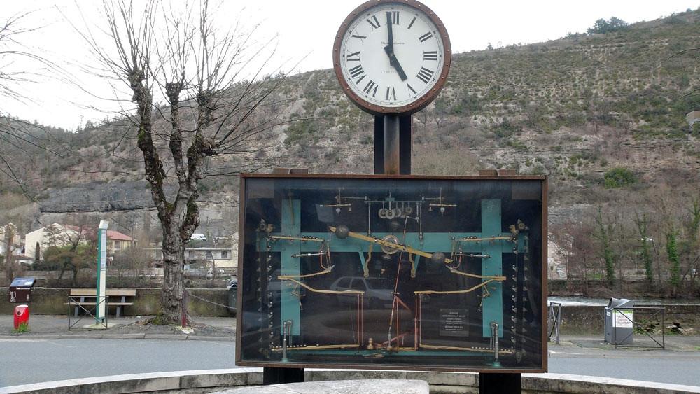 Cahors : Horloge monumentale à billes, place Saint-Urcisse