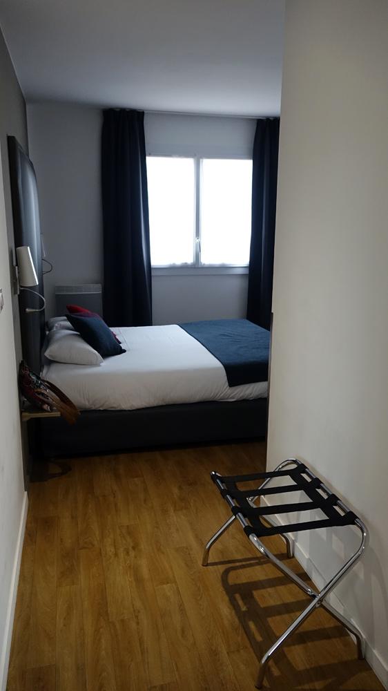 L'espace d'accès entre la porte d'entrée et le lit 160 x 200
