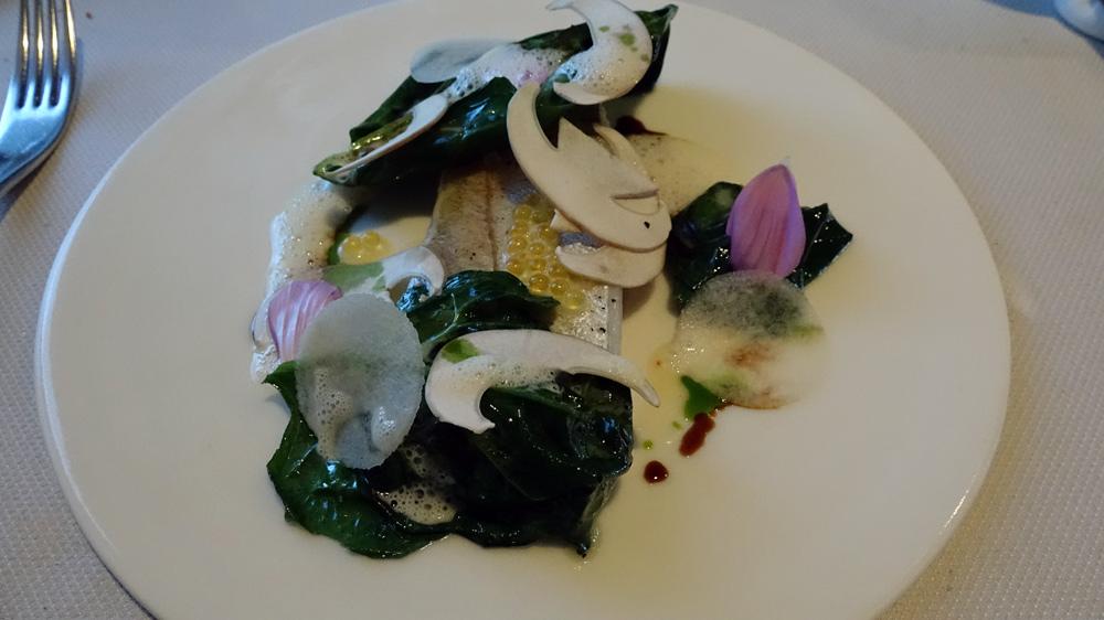 Merlan de ligne pêché au large de l'Herbaudière, sauce aux œufs de truite bio, copeaux de poire et cèpe, feuilles d'épinard du jardin