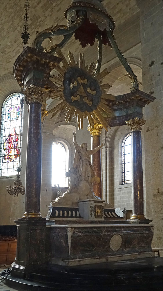 L'autel majeur avec ses colonnes et sa gloire érigé fin 18ème