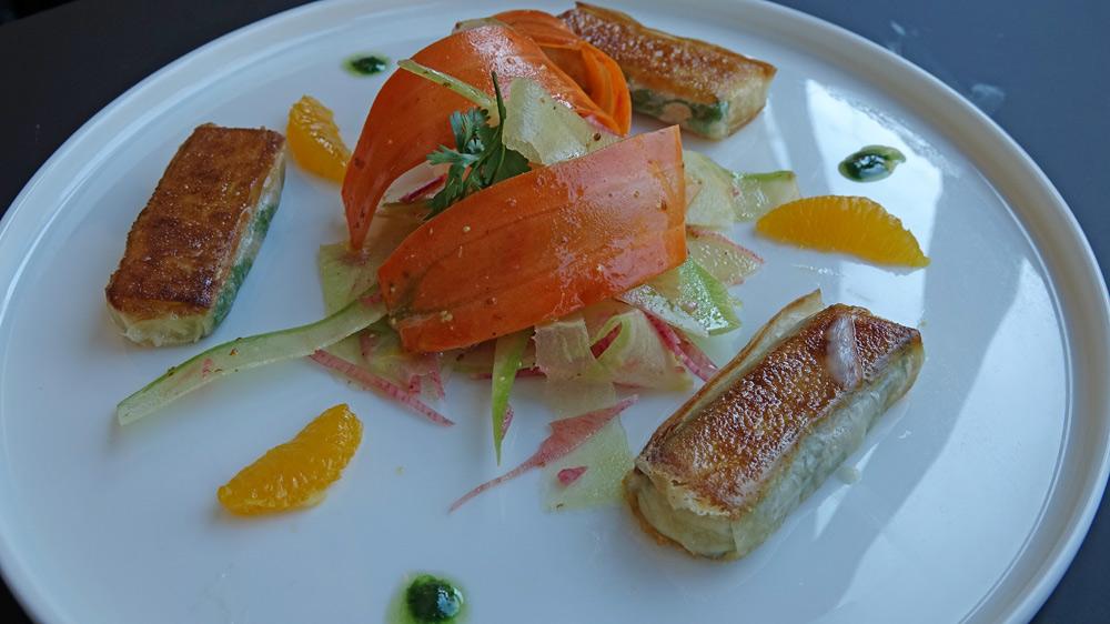 Croustillant de chèvre, carottes rubanées à l'orange, feuilles de coriandre