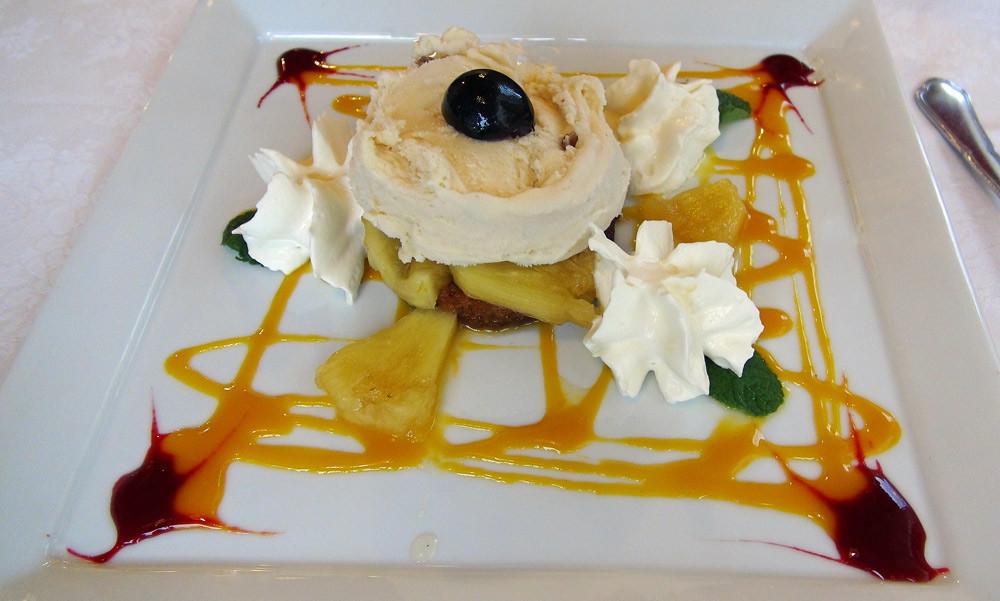 Retour de îles : Ananas frais sur fond de pain d'épices, infusion de Rhum, glace Rhum/raisin, pointe de Chantilly maison et coulis de mangue