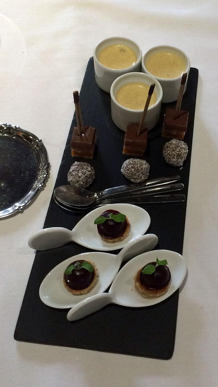 Mignardises : Bavaroise de fruits rouges et biscuit à la noix - Truffe chocolat/noix de coco - Opéra chocolat et mangue - Pomme confite au caramel, émulsion caramel/beurre salé