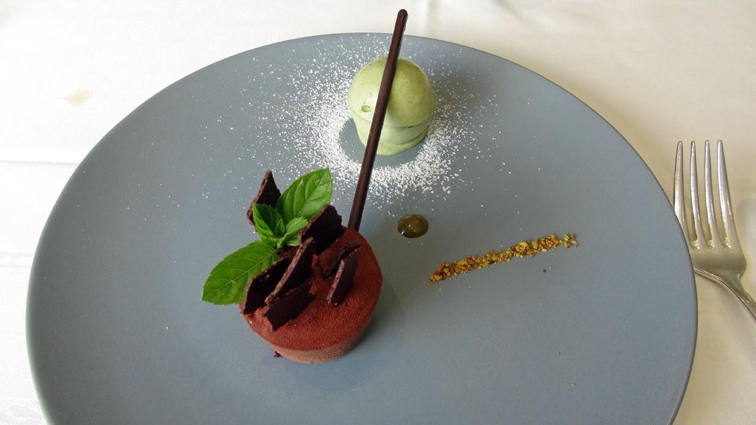 Chocolat noir-griotte, boule de crème glacée pistache