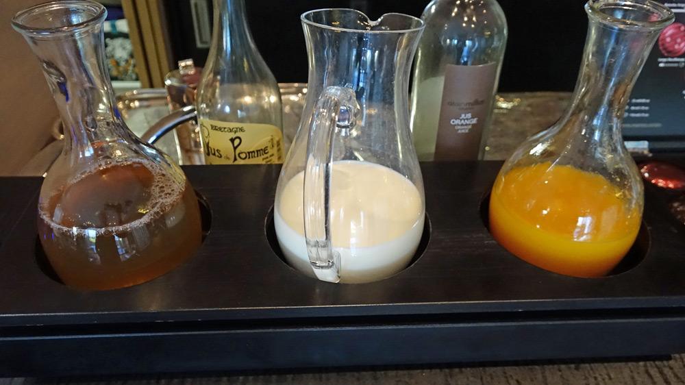 Jus de fruits et lait du petit déjeuner