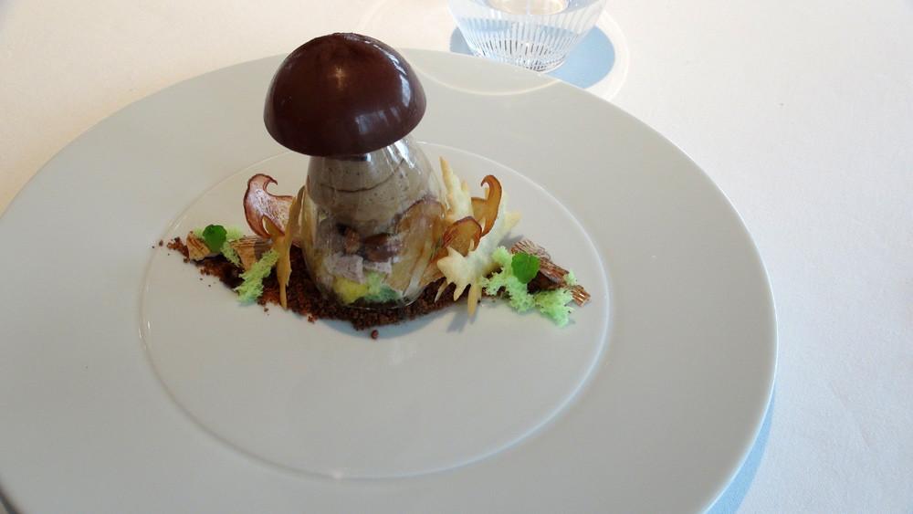 Retour de forêt, champignon avec son dôme au chocolat et son intérieur garni d'une mousse noisette, glace au cèpe