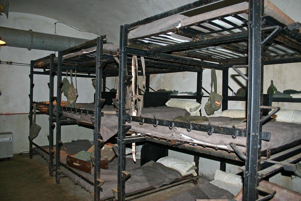 Chambre de troupe de la caserne, à trois étages de couchettes