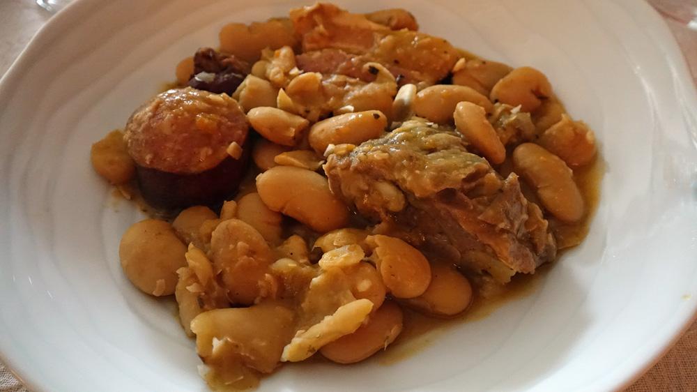 Cassoulet aux haricots géants dans l'assiette