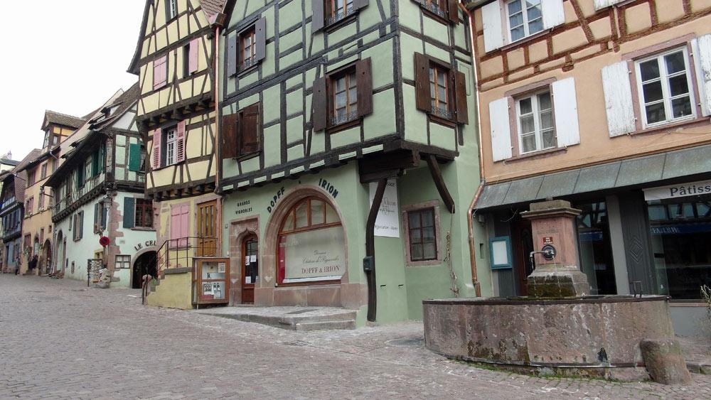 Riquewihr - La fontaine et la maison Dopff & Irion