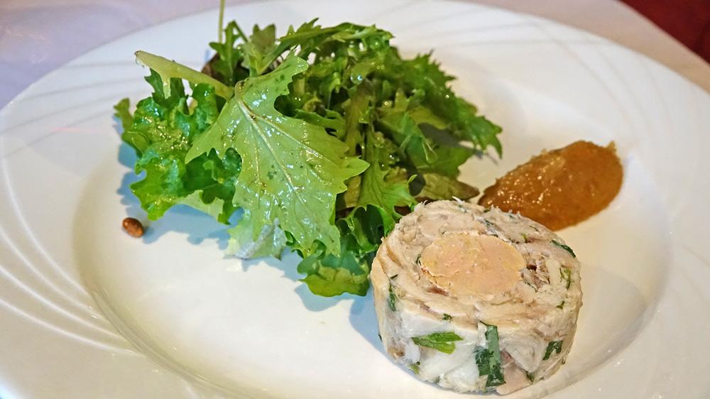 Ballottine de lapin au foie gras, chutney d'oignons à la cassonade