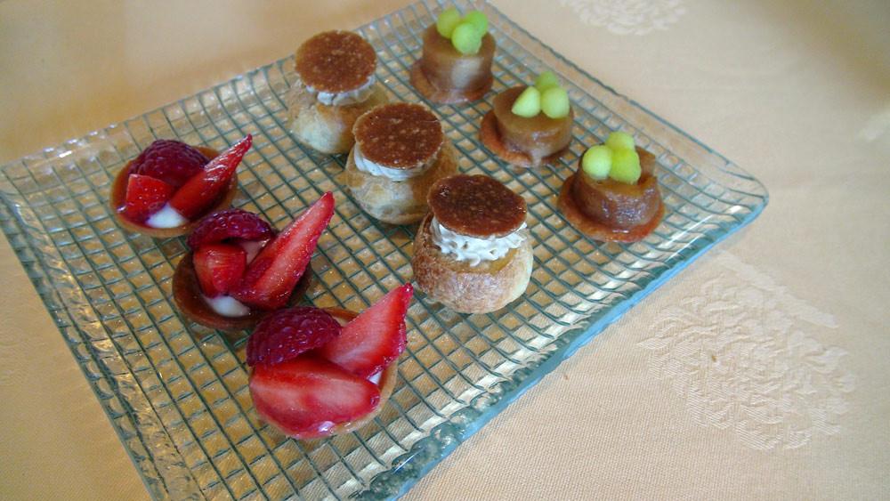Mignardises : Tartelette aux fruits rouges - Chou façon Paris-Brest - Petite tarte Tatin et billes de pomme légèrement colorées à la manzana