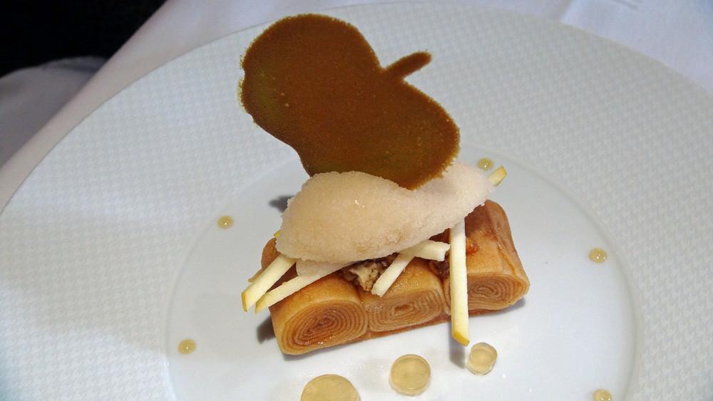 Pomme Chanteclerc confite 10 heures, sablé vanille, caramel vinaigre de cidre, sorbet cidre de glace