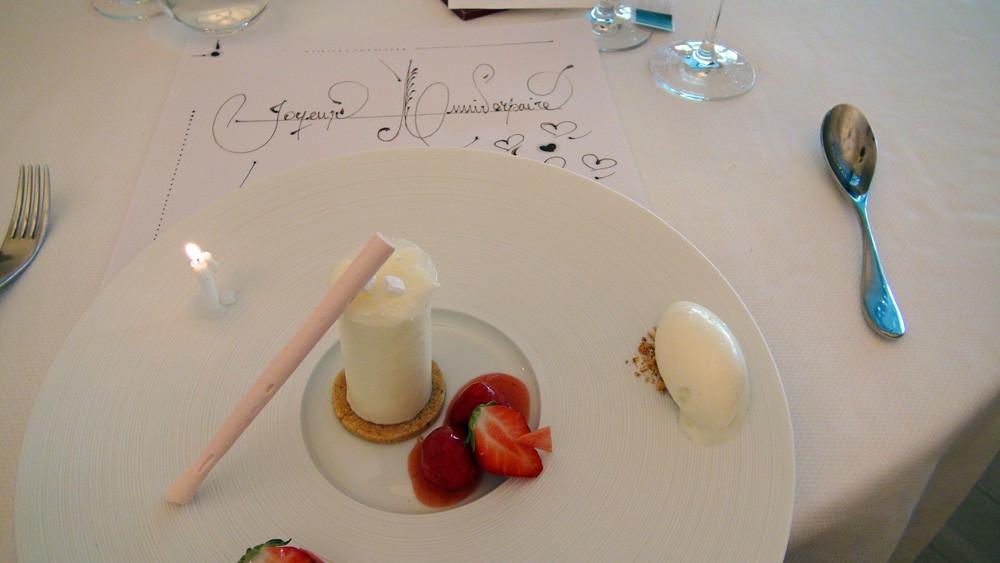 Dernières fraises, tube transparent pour une mousse aux pastilles de Vichy