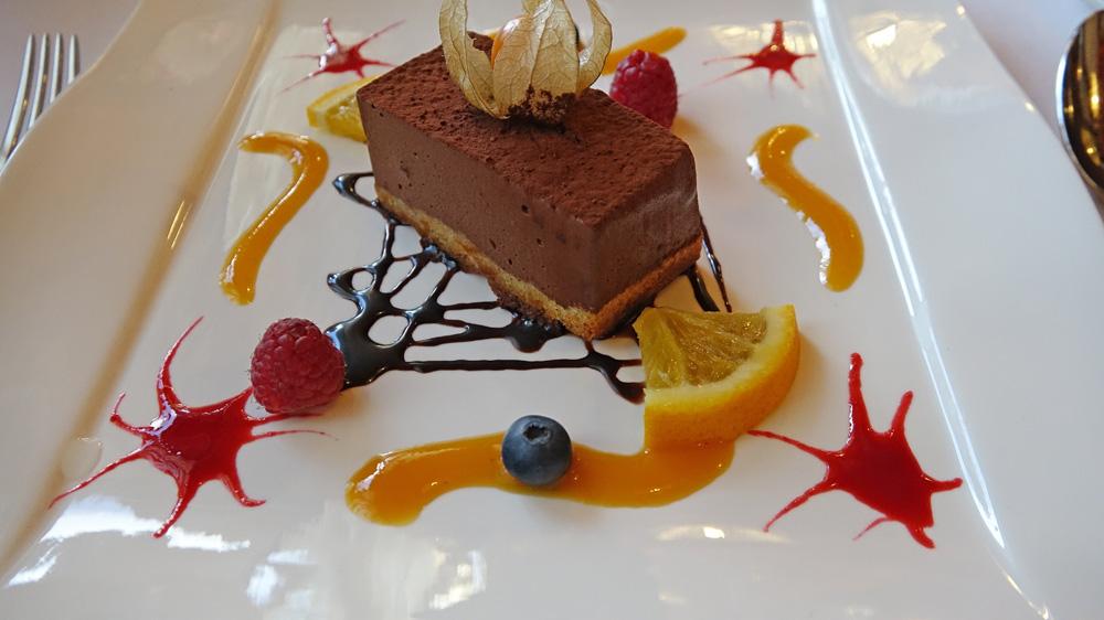 Parfait au Chocolat Noir Extra (64 % de cacao), Sur Fond de Génoise Parfumée au Rhum, Saveur de Marmelade d'Oranges, Crème Anglaise aux Arômes Fruits de la Passion