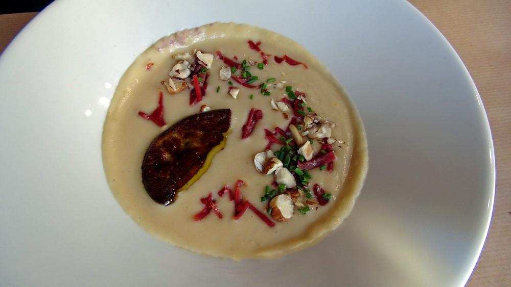 Crème de haricots Tarbais, foie gras poêlé et magret de canard fumé, noisette