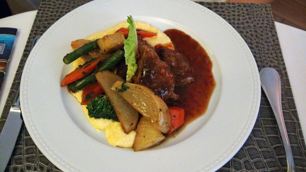 Saltimboccas de veau, sauce sauge, petits légumes et polenta