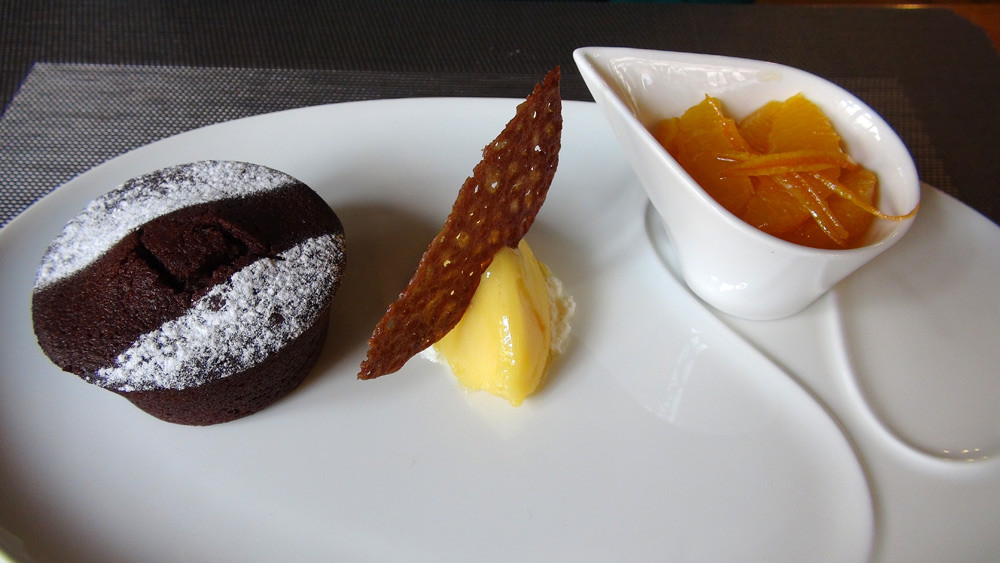 Gâteau au chocolat, salade d'orange et son sorbet