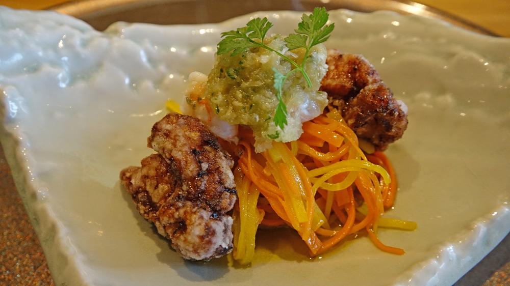 Cuisse de poulet jaune frite façon de Karaage, langoustine, légumes marinés au vinaigre de mangue et à l'huile d'olives, vinaigrette au jus de ponzu et daïkon râpé