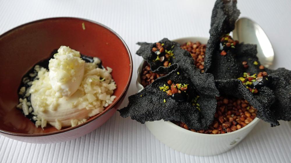 Crémeux de chou-fleur, glace au parmesan et jus à l'encre de seiche tiédi, et feuille de mer